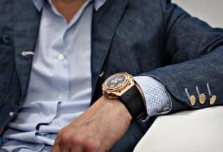 Un homme avec une montre de luxe